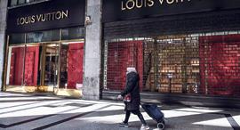 פנאי אשה חולפת על פני חנות סגורה של ויטון ב טורינו איטליה LVMH , צילום: גטי אימג'ס