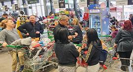 Super market chain Tiv Tam packed in Tel Aviv neighborhood, Ramat HaHayal. Photo: Dana Koppel