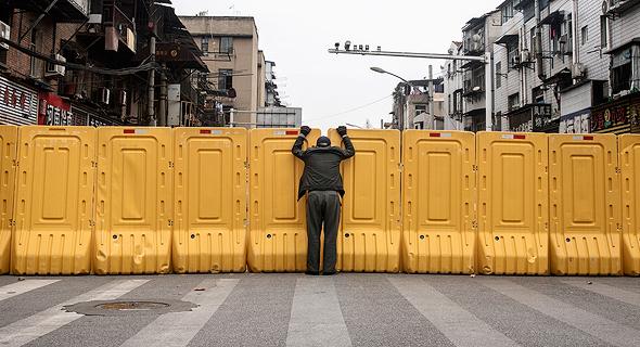 קיר הפרדה בווהאן, בתחילת החודש. איסור לצאת גם לקניית מזון, צילום: גטי אימג