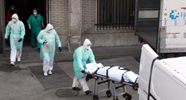 פינוי קורבן של נגיף הקורונה בספרד, צילום: AFP