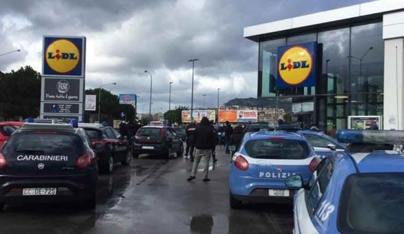 ניידת משטרה ליד סופרמרקט בפלרמו