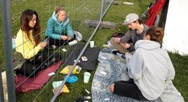 משחקים קלפים משני צידי הגדר בין שוויץ וגרמניה, צילום: רויטרס