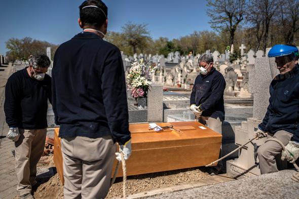 לוויה של חולה קורונה שנפטר בספרד, צילום: איי פי
