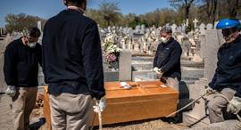לוויה של חולה קורונה, צילום: איי פי