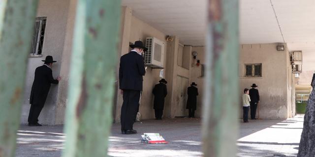 תפילה ברווחים של שני מטר. בני ברק בימי הקורונה. למצולמים אין קשר לכתבה, צילום:  יריב כץ