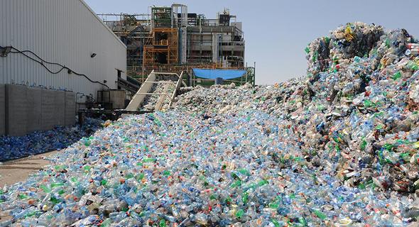בקבוקי פלסטיק בתחנת מיחזור. כ־20% מהציבור ממחזר בקבוקי שתייה, צילום: ישראל יוסף