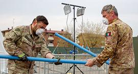 חיילים איטלקים בונים בית חולים שדה, צילום: בלומברג