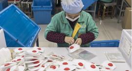 מפעל מסכות ב שנגחאי, צילום: בלומברג
