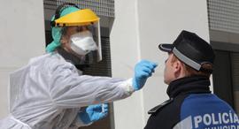 עובדת מעבדה מבצעת בדיקת PCR, צילום: אי פי אי,