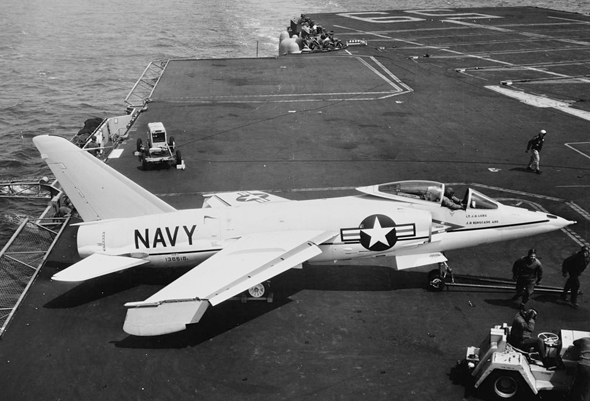 F11 טייגר, כשכנפיו מקופלות מטה לחיסכון במקום על הסיפון. שימו לב, זהו דגם מוקדם בעל חרטום קצר, צילום: USN