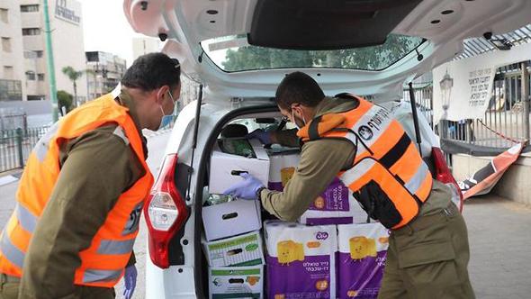 חיילים מחלקים מזון בבני ברק בזמן משבר הקורונה