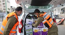 חיילים מחלקים מזון ב בני ברק משבר הקורונה, צילום: טל שחר