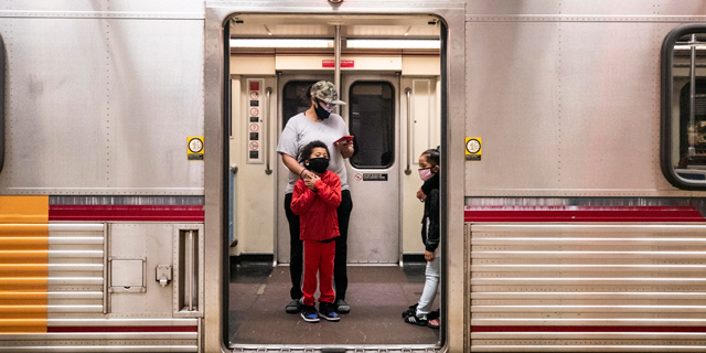 קורונה וירוס אזרחים עוטים מסכות רכבת מטרו לוס אנג'לס, צילום: אי פי איי