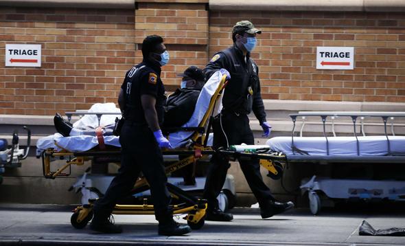 """שוטרים מעבירים חולה קורונה לבי""""ח בניו יורק"""