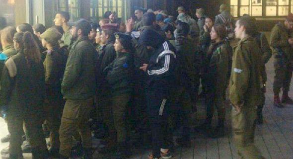 """התקהלות חיילים בעיר הבה""""דים"""