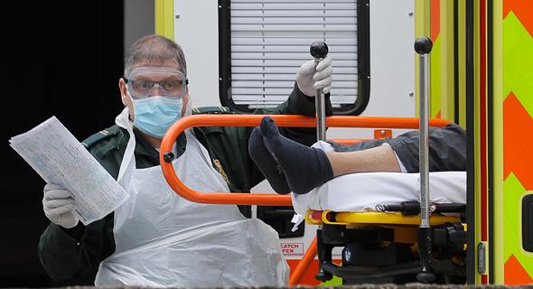חולה קורונה מגיע לבית חולים בבריטניה, צילום: איי פי
