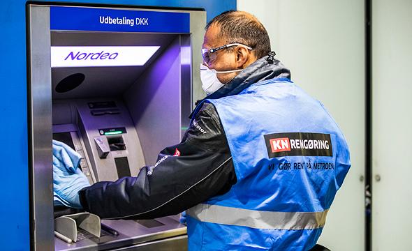 חיטוי של כספומט בקופנהגן, צילום: אי פי איי