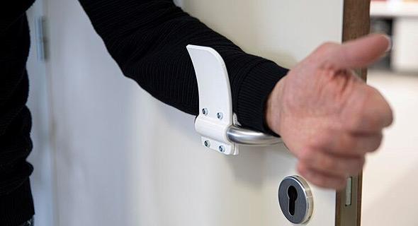 אביזר המאפשר לפתוח דלת ללא מגע כף היד, של חברת מטיריאלייז הבלגית