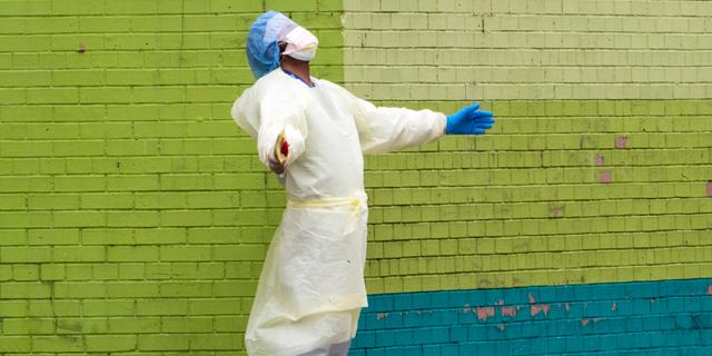 איש צוות בית חולים בקווינס ניו יורק, צילום: איי פי