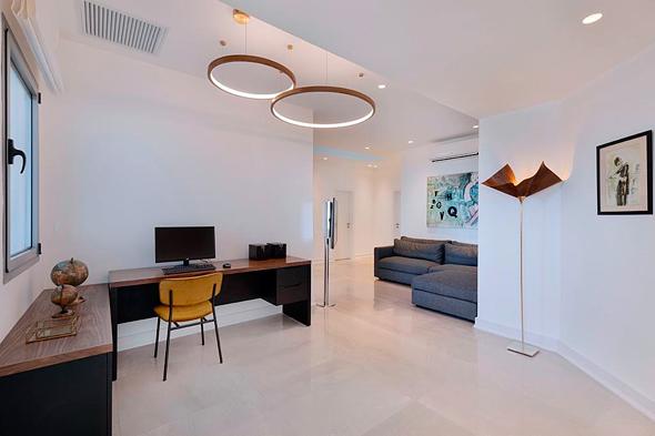 דירה עם פינת עבודה. הבית הפך באחת למקום העבודה החדש , צילום: אסף פינצ