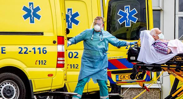 חולה מפונה באמבולנס, אמסטרדם, צילום: אם סי טי