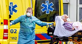 פינוי חולה באמסטרדם, צילום: אם סי טי