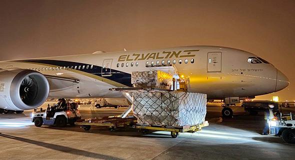 העמסת המטוס של אל על בשדה התעופה בבייג'ינג, סין