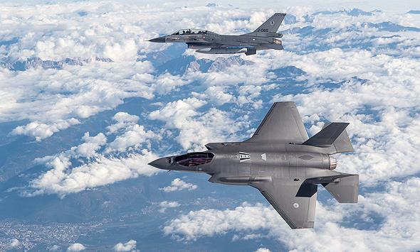 "F35 (בחזית) ו-F16. האחרון מהיר בכ-600 קמ""ש מיורשו, צילום: (Defensie (CC0"
