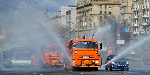 מרססים נגד הנגיף במוסקבה, רוסיה, צילום: איי פי