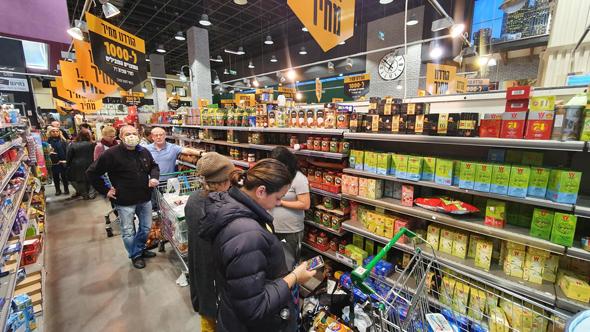 פגיעה בעסקים? סופרמרקט הומה קונים בתל אביב