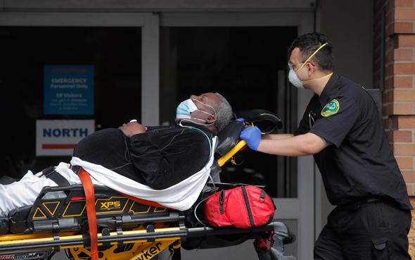 חולה קורונה מפונה לבית חולים ברובע קווינס, ניו יורק