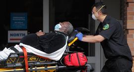 חולה קורונה מפונה לבית חולים ברובע קווינס בניו יורק, צילום: רויטרס
