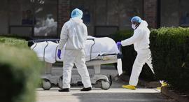קורונה גופת חולה מוצאת מבית חולים ב ברוקלין ניו יורק 8.4.20, צילום: איי אף פי