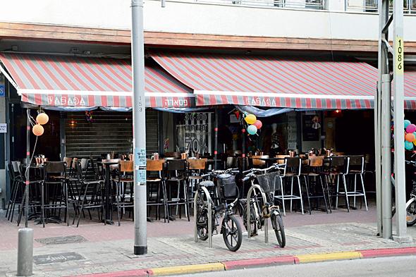 בית קפה סגור בתל אביב, צילום: יריב כץ