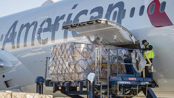 מטוס של חברת אמריקן איירליינס מעמיס מטען