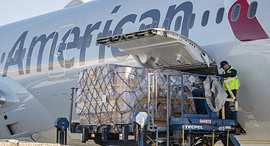 מטוס של חברת אמריקן איירליינס מעמיס מטען, צילום: אם סי טי