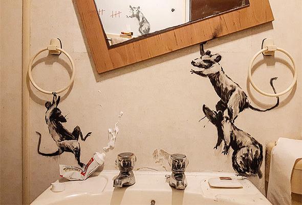 ציורי הקיר של בנקסי בתוך חדר האמבטיה שלו, צילום: banksy/Instagram