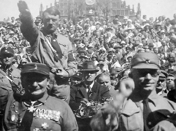 גרינג והיטלר במצעד גאווה נאצי, צילום: Heinrich Hoffmann, Wikimedia