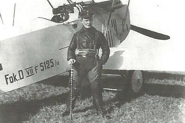 גרינג נשען על מטוס הפוקר שלו, לאחר מינויו למפקד כנף 1. בידו מטה שנשא עמו הברון האדום, מנפרד פון ריכטהופן - על שמו נקראה היחידה, צילום: Wikimedia