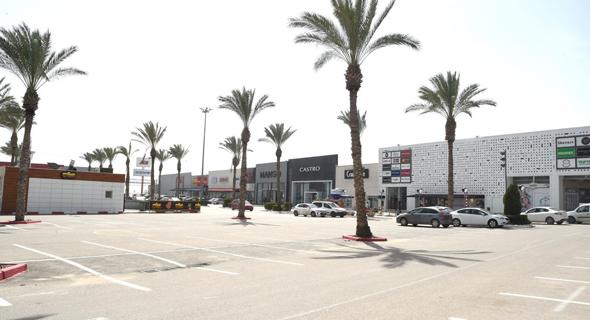 מתחם קניות נטוש מקונים, בשבוע שעבר, צילום: חיים הורנשטיין