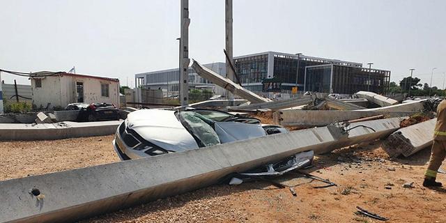 """עמודי בטון גדולים קרסו באתר בנייה בראשל""""צ, אין נפגעים"""