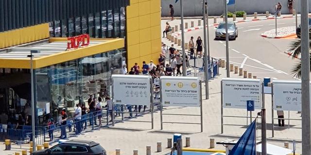 לקוחות ממתינים בכניסה לאיקאה, בשבוע שעבר. להיפגש בקניות