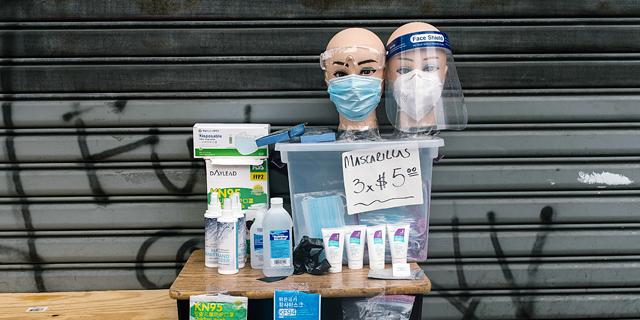 מכירת ציוד להגנה מפני הקורונה בניו יורק, צילום: אי פי איי