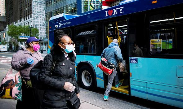 עולים לאוטובוס בניו יורק