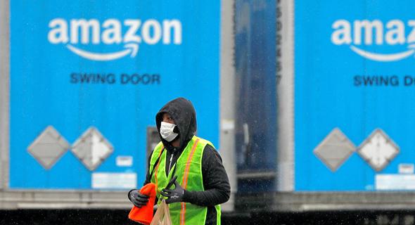 עובדת אמזון עם מסכה במתקני החברה ב ניו יורק קורונה, צילום: רויטרס