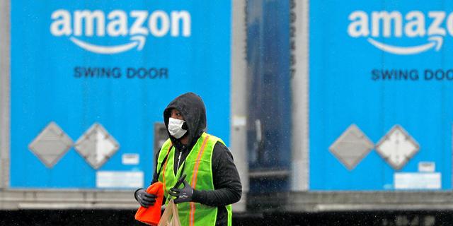"""על רקע השביתות והביקורת: אמזון מחלקת בונוסים של עד 3,000 דולר ל""""עובדים בחזית"""""""
