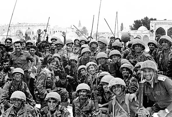 """חיילי צה""""ל בירושלים המשוחררת, צילום: ארכיון צה""""ל"""