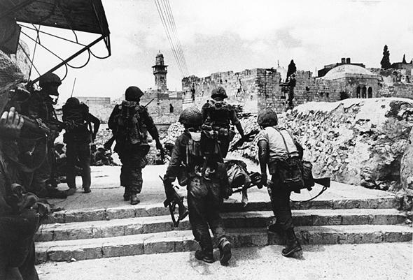 """פינוי פצועים בעת הקרב על ירושלים, צילום: ארכיון צה""""ל"""