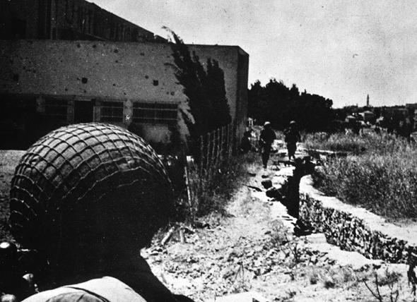 """צנחנים במתחם גבעת התחמושת, צילום: לע""""מ (אתר גלעד)"""