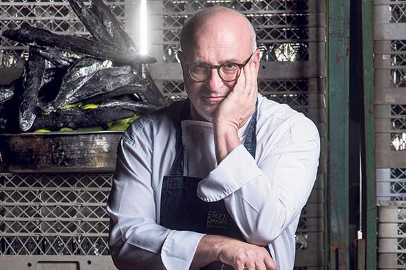 """השף ארז קומרובסקי: """"זו הפעם הראשונה משחר ילדותי שאני בבית, מבשל יום־יום. כולם מתעסקים עכשיו רק בזה, כי זה הצורך הכי ראשוני שלנו"""", צילום: יובל חן"""